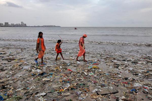 Bãi biển ngập ngụa rác thải ở Mumbai, Ấn Độ. Ảnh: Vovek Prakash.