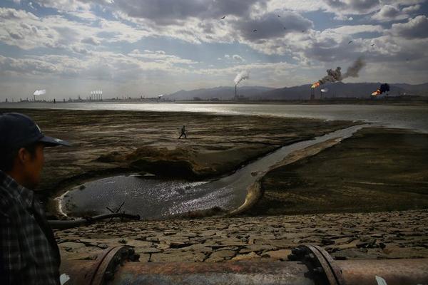 Hồ nước rộng lớn bên ngoài thành phố Bao Đầu, Nội Mông Cổ, bị ô nhiễm bởi chất thải độc hại từ các khu công nghiệp. Ông Ghazlan Mandukai, 52 tuổi, đã trồng trọt ở khu vực này 40 năm cho đến khi ô nhiễm biến nơi đây thành vùng đất chết. Theo giới chức Trung Quốc, 59,6% lượng nước ngầm trên lãnh thổ quốc gia này đã bị ô nhiễm không thể sử dụng được. Ảnh: Souvid Datta, ChinaFile.