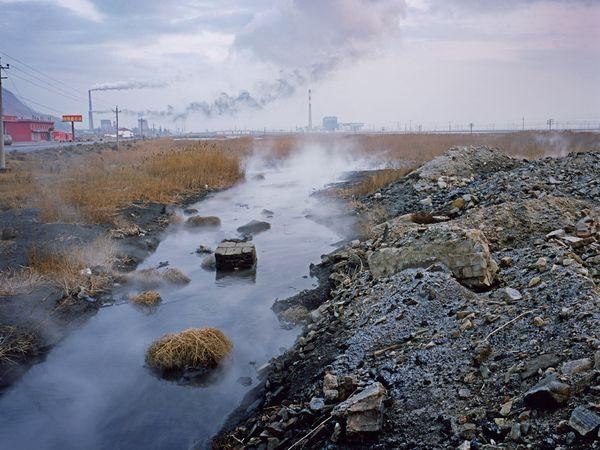 Nước thải, chất thải từ một nhà máy phân bón ở Trung Quốc chảy thẳng vào nhánh sông Hoàng Hà. Ảnh: Greg Girard.