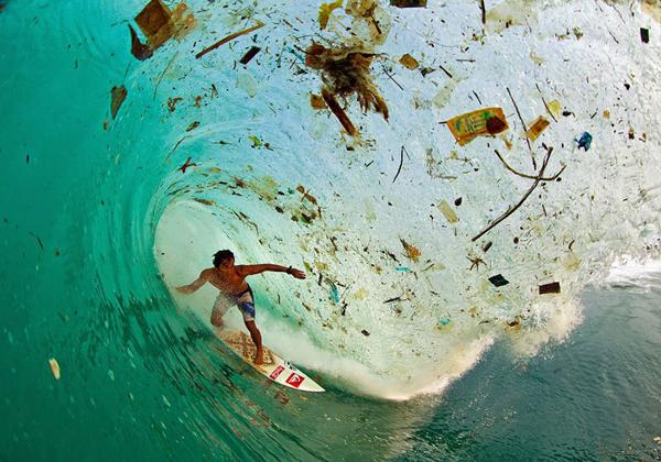 Lướt sóng trên vùng biển ngập rác ở Java (Indonesia), hòn đảo bị ô nhiễm nhất trên thế giới. Ảnh: populationspeakout.org