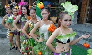 Thiếu nữ Trung Quốc mặc trang phục rau củ quả 'náo loạn' đường phố