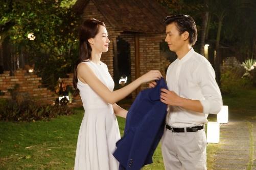 Trong phim, Vinh vào vai Hùng, một chàng trai lịch lãm, thành đạt và Đặng Thu Thảo vào vai Nhã Phương  cô bạn cùng lớp với Hùng từ 10 năm trước.