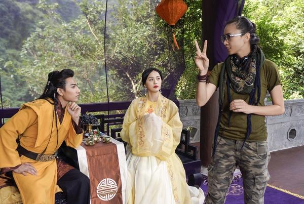 Ngô Thanh Vân hướng dẫn Hạ Vi diễn xuất trên phim trường.