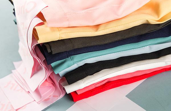Việc tủ đồ của bạn được phủ đầy bởi những món đồ giống hệt nhau khiến phong cách của bạn trở nên nhàm chán. Những kiểu trang phục như áo phông, quần jeans tuy đẹp, nhưng bạn cần đa dạng hơn trong việc sắm thêm các kiểu váy áo khác. Diện đồ ngày nào cũng giống nhau làm bạn khó trở nên nổi bật giữa hàng loạt cô gái cập nhật mốt mỗi ngày.