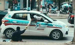 Khoảnh khắc cô gái nhoài người từ taxi mua tăm ủng hộ người tàn tật