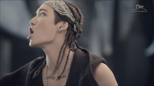 Trong hit đình đám Wolf, các thành viên EXO theo concept mạnh mẽ, hoang dại song tạo hình của Kai vẫn khiến khán giả phát hoảng. Anh chàng xuất hiện với mái tóc dài, tết bím, đầu quấn băng đô, đeo khuyên tai và phụ kiện kim loại hầm hố hệt một ngôi sao nhạc rock.