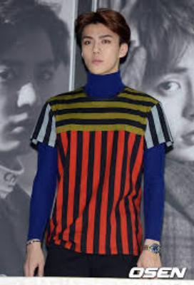 Em út soái ca của EXO bị một phen dìm hàng tới bến với chiếc áo sọc ngang, dọc bảy sắc cầu vồng xấu đau đớn.