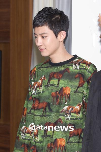 Trông Chan Yeol như một sở thú di động với chiếc áo hoang dã này.