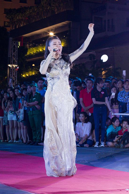 Khi các người mẫu bắt đầu biểu diễn thời trang áo dài và dâng 126 đóa sen lên tượng đài Bác Hồ cũng là lúc giọng hát ngọt ngào, cao vút của Thu Minh vang lên trong giai điệu Những bông hoa trong vườn Bác.