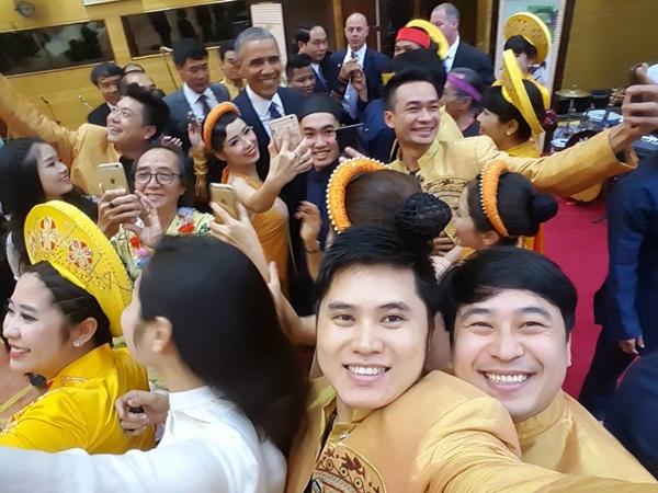 Bức ảnh selfie ấn tượng với Tổng thống Obama của các diễn viên Nhà hát ca múa nhạc Việt Nam. Ảnh: FB Duc Nguyen