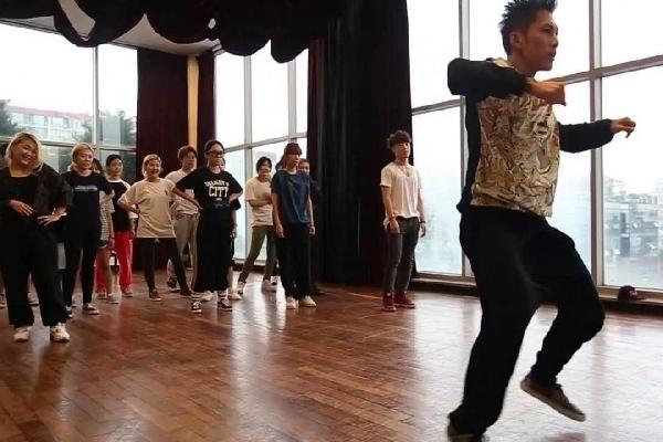 9-giai-doan-nhat-dinh-phai-trai-qua-neu-muon-tro-thanh-idol-kpop