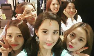 Sao Hàn 29/5: Song Hye Kyo lưng trần quyến rũ, Seo Hyun đọ kute với Red Velvet