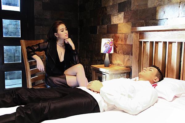 Với vai trò nam diễn viên chính trong MV, Vĩnh Thuỵ và Hoàng Thuỳ Linh đã khắc hoạ hình ảnh một cặp đôi đầy nổi loạn, nhiều mâu thuẫn