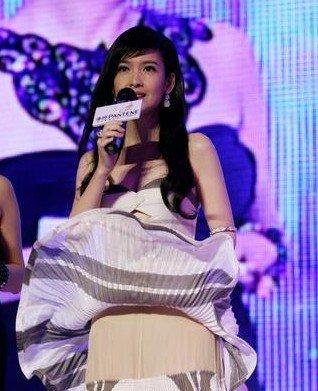 """Người đẹp Châu Huệ Mẫn vẫn không thể quên tình huống khiến cô muốn """"độn thổ"""". Khi cô đang đứng trên sân khấu, chiếc váy bị gió tốc lên cao khiến lộ phần lớp vải màu nude bên trong."""