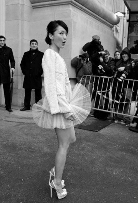 """Tại Tuần lễ thời trang Paris 2012, Châu Tấn với biểu cảm hài hước gợi nhớ khoảnh khắc tốc váy kinh điển của """"biểu tượng sex"""" Marilyn Monroe. Không chỉ người đẹp Họa bì phải ồ lên vì sự cố mà ngay cả cánh phóng viên quốc tế cũng ngạc nhiên vì sự trùng hợp đáng yêu."""