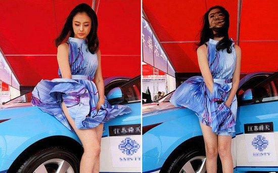 rong các sự kiện ngoài trời, thời tiết không ủng hộ người đẹp váy ngắn. Đáng nhớ phải kể đến mỹ nhân Địch Lăng khi làm mẫu ảnh tại một show xe hơi. Cô giữ váy không xuể vì những cơn gió mạnh.