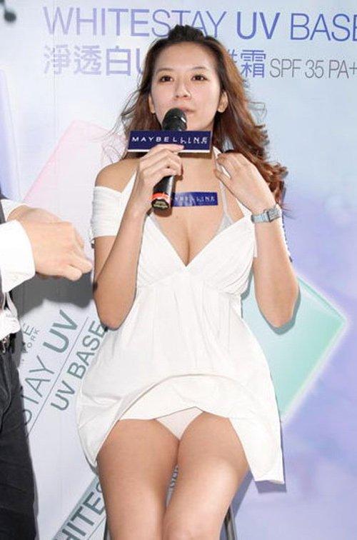 Người mẫu Đài Loan Lý Nghiên Cẩn dính nhiều tai tiếng vì hay mặc hở. Trong một sự kiện, cô bị gió thổi tốc váy làm lộ nội y nhưng những bức hình sau khi lên báo cô mới biết.