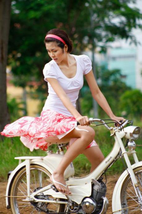 Những pha tốc váy trong làng giải trí Việt phải kể đến hình ảnh tuyệt đẹp của Tăng Thanh Hà trong phim Đẹp từng centimet. Nhiều khán giả cho rằng chi tiết cô nàng Ngô Đồng diện váy ngắn đạp xe mang nhiều nét giống phim Hàn Quốc.
