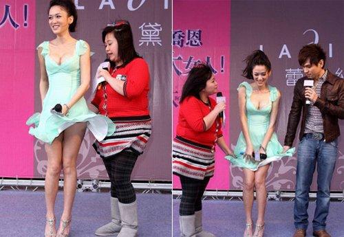 Trần Kiều Ân gợi cảm với bộ đầm xanh khoe vẻ gợi cảm nóng bỏng nhưng bất ngờ cô gặp sự cố váy áo khiến đồng nghiệp nam ngay cạnh cũng phải giúp cô nàng giữ váy.