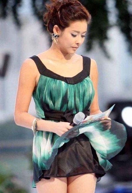 Khi đang dẫn chương trình trực tiếp trên truyền hình, MC Hyun Young vô tình gặp sự cố tốc váy vì gió. Ngay sau đó nhiều khán giả Hàn chỉ trích cô việc chọn trang phục không phù hợp vì chiếc váy quá ngắn.