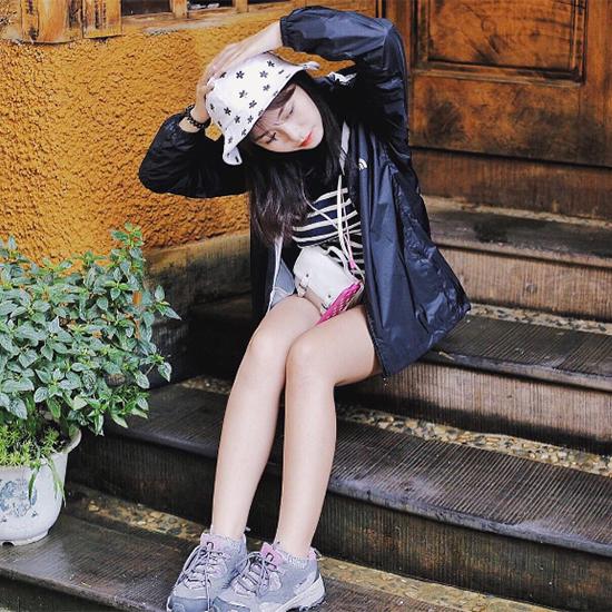 chieu-pose-hinh-cua-hot-girl-de-co-chan-dai-khong-can-keo-2