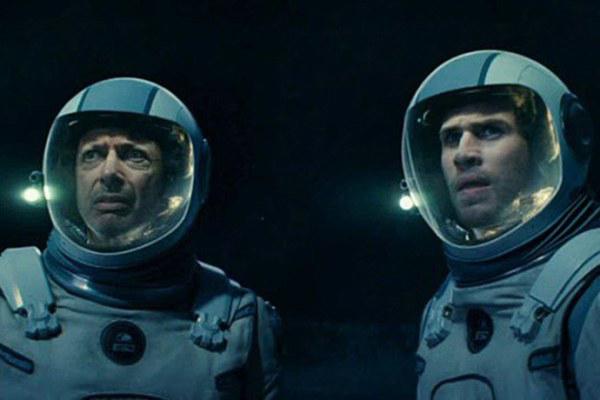 Jeff Goldblum và Liam Hemsworth trong một cảnh quay.