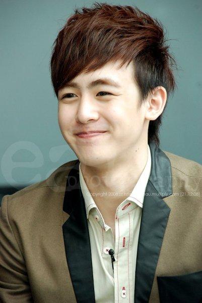 Không chỉ nổi tiếng vì gương mặt quá giống nữ diễn viên Moon Geun Young, Nich Khun còn được ngưỡng mộ vì gương mặt trẻ trung thách thức thời gian. Dù đã gần 30 tuổi nhưng anh chàng trông như một nam sinh trung học.