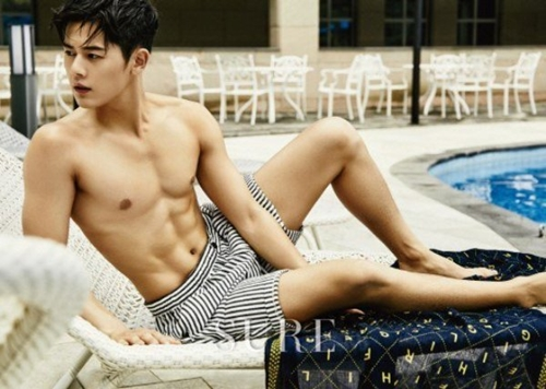 Mới đây, nam ca sĩ khiến các fan phải trầm trồ ngưỡng mộ khi khoe thân hình đẹp như người mẫu trên tạp chí Sure.