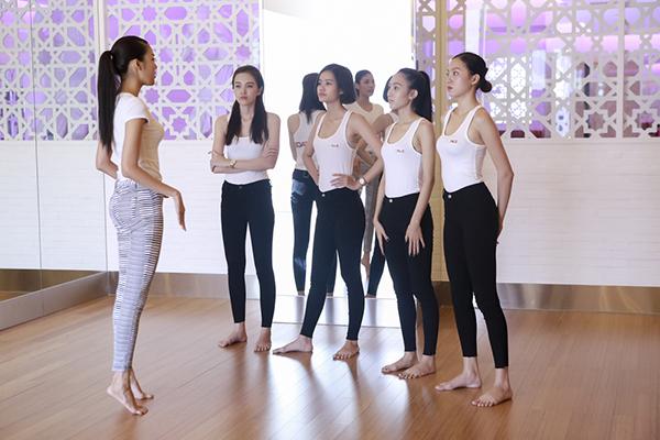 Là siêu mẫu chuyên nghiệp, Lan Khuê lại tập cho các thí sinhtập nhón chân khi đi catwalk và giữ thăng bằng không lắc phần vai.
