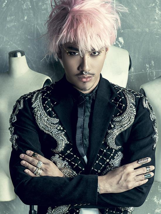 này. Lý Quí Khánh thậm chí  còn đề xuất cho anh được đội mái tóc giả màu hồng để anh trông thật sự khác biệt hẳn với  hình ảnh soái ca mà mọi người luôn nhìn về anh.