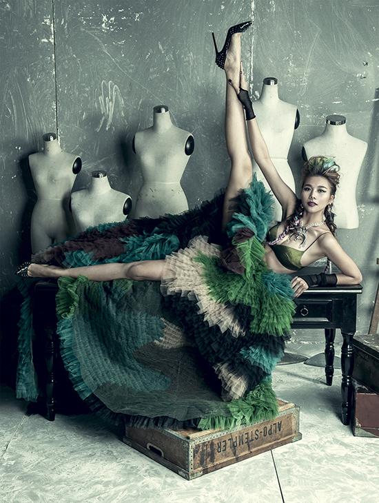 Siêu mẫu Thanh Hằng vốn xuất  hiện với hình ảnh thanh lịch, mạnh mẽ nhưng không kém phần nữ tính, nay cũng chịu  chuyển mình trong tạo hình của một vị nữ thần quyền lực.