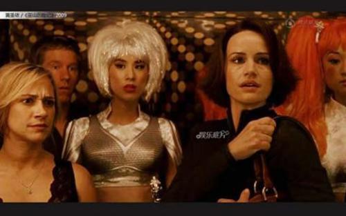 """Huỳnh Thánh Ý xuất hiện trong Race to Witch Mountain với vai siêu phụ, tạo hình nhân vật của cô còn """"xấu đau xấu đơn"""" với mái tóc bạch kim và trang phục khó hiểu."""