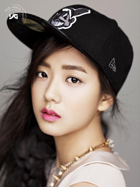 Là thành viên thứ 3 trong nhóm nữ tân binh sắp được debut của YG, Ji Soo nổi tiếng từ khi còn là một thực tập sinh. Vẻ đẹp dịu mát của một thiếu nữ 18 tuổi được YG giới thiệu lần đầu vào năm 2013 đã lập tức chinh phục các fan Kpop. Cô nàng nổi tiếng đến mức được xuất hiện trong các MV của Epik High, đóng quảng cáo với Lee Min Ho, làm mẫu ảnh cho các tạp chí dù chưa chính thức ra mắt.