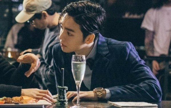 Với gương mặt tỷ lệ vàng hiếm có, Jin Woo thường xuyên lọt top đầu trong các cuộc bình chọn mỹ nam tân binh Kpop. Nam ca sĩ còn được xem là một trong những thần tượng có công lớn trong việc phá bỏ lời nguyền ngoại hình xấu của nhà YG. Có ý kiến cho rằng Jin Woo có nhiều nét giống với các nam diễn viên Nhật Bản.