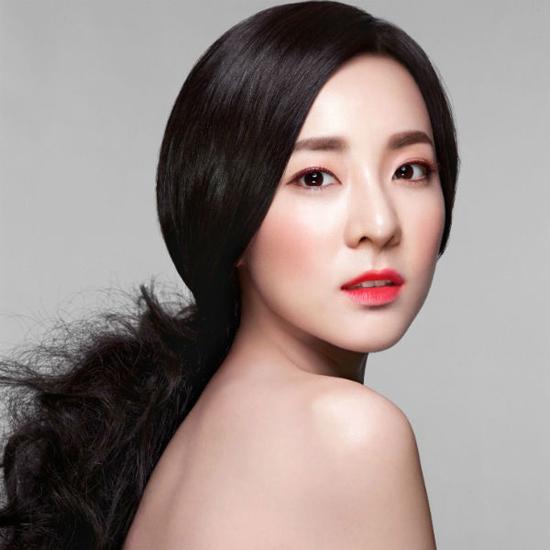 Ngoài nét đẹp thiên phú, Dara còn biết cách khiến mình trở nên trẻ trung, năng động hơn với phong cách thời trang sành điệu. Nữ ca sĩ luôn xuất hiện với những trang phục trẻ trung, cá tính mỗi khi xuất hiện trước công chúng. So với các idol nữ 9X hiện nay, Dara không hề kém cạnh về nhan sắc.