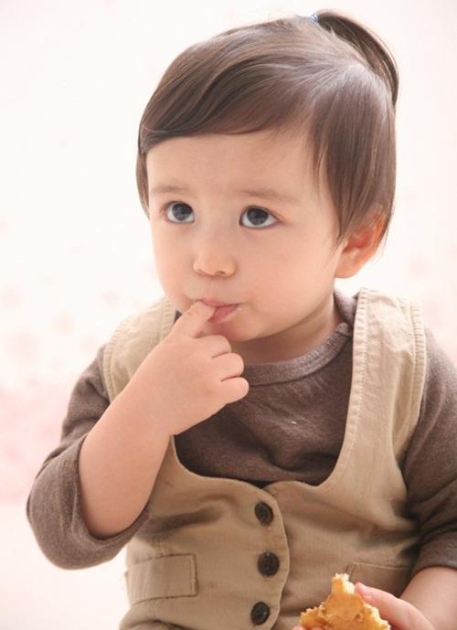 Mason Moon, sinh năm 2007, nổi tiếng sau khi đóng phim điện ảnh Baby & I hồi   mới 100 ngày tuổi. Cậu nhóc lai Canada - Hàn Quốc được ví như thiên thần nhỏ   trên màn ảnh và là ngôi sao quảng cáo xứ Hàn.