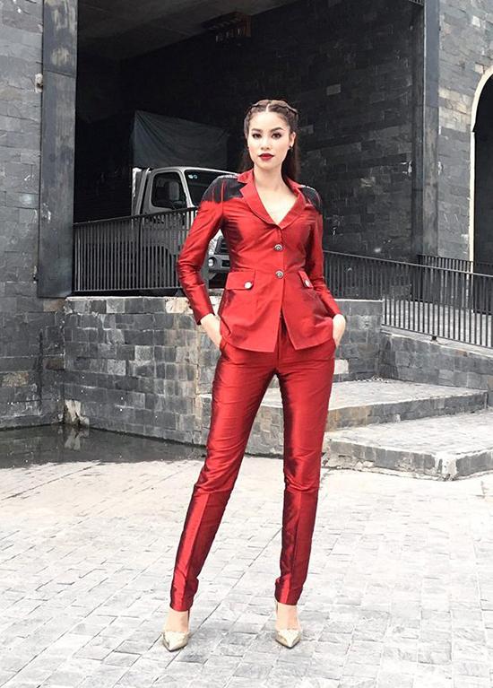 Nổi tiếng là fashion icon của Vbiz, Hà Hồ gây sốt về mặt thời trang khi ngồi ghế nóng The Face năm nay. Không chịu thua kém đàn chị, Phạm Hương cũng mang đến sân chơi này loạt đồ thể hiện đẳng cấp của một Hoa hậu Hoàn vũ.