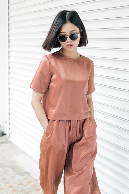 Tone màu được đánh giá là hot nhất hè có lẽ phải kể đến màu cam đất, đang là xu hướng trong cả thời trang và make-up. Suni Hạ Linh đã khéo léo lựa chọn một outfit đồng màu cam đất, kết hợp cùng son môi tone nude nhẹ nhàng, vừa tôn da, vừa tạo cho cô nàng một vẻ dễ chịu trong từng khung hình.