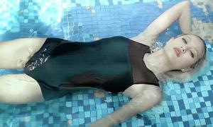 Hot girl thấp kỷ lục Next Top diễn xuất hút hồn trong các MV