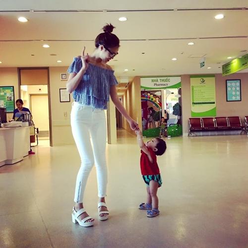 Ninh Dương Lan Ngọc vui đùa với một em bé