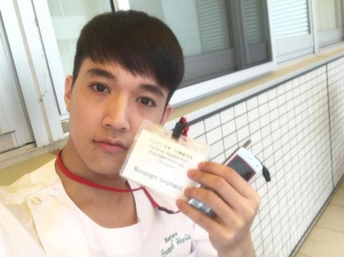 Rueangritz Siriphanit là bác sĩ người Thái Lan. Gần đây, anh chàng được quan tâm trên Instagram nhờ những bức ảnh khoe vẻ điển trai.