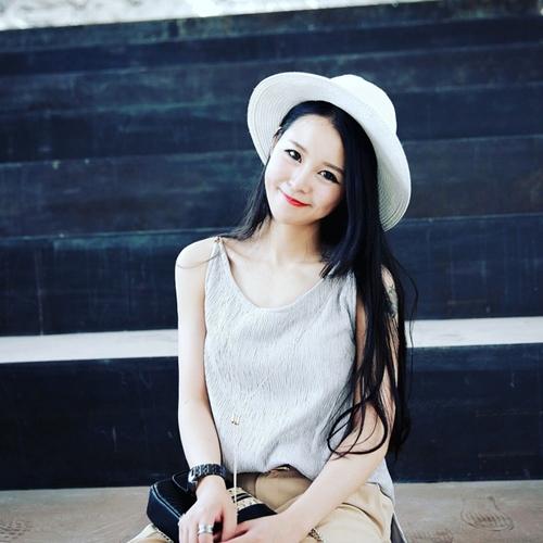 Một cô gái trẻ đăng đàn những bức ảnh cùng bài viết tiết lộ cho mọi người tips để có bức ảnh đẹp khi đi du lịch thu hút sự chú ý. Gương mặt xinh đẹp cùng phong cách ăn mặc ấn tượng khiến nhân vật chính thu hút sự quan tâm của nhiều người.
