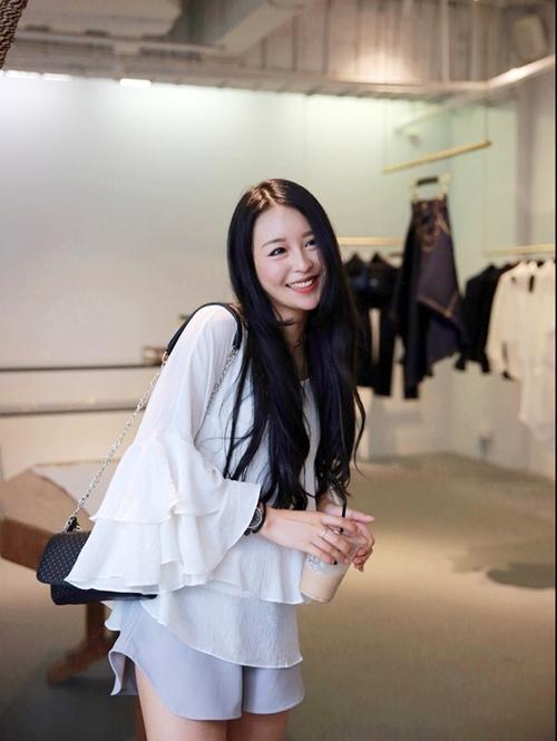 Thông tin của cô gái nhanh chóng được tỉm thấy, đó là Điềm Điềm. Cô đang làm chủ một thương hiệu thời trang do mình thiết kế và làm mẫu tại Thượng Hải.