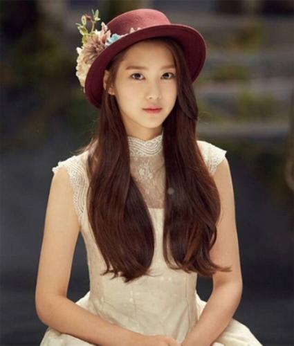 Mái tóc của Ji Ho trông nổi bật hơn khi cô nhuộm màu, uốn nhẹ, kết hợp với item mũ phớt xinh xắn, cá tính.