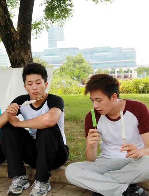 Harry Lu - Ngô Kiến Huy như quay về tuổi thơ khi ăn kem như một đứa con nít.