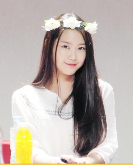 Trong các buổi ký tặng fan, Ji Ho vẫn giữ nguyên kiểu tóc đơn giản này nhưng được điểm xuyến thêm bằng một vài item bắt mắt như: vòng hoa đội đầu, băng đô, kẹp nơ, trông cô nàng vô cùng xinh xắn, đáng yêu.