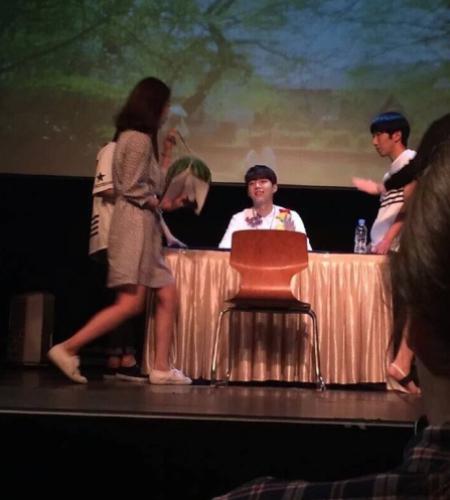 Woo Hyun chuẩn bị sẵn ghế để trò chuyện với fan như một cuộc phỏng vấn.