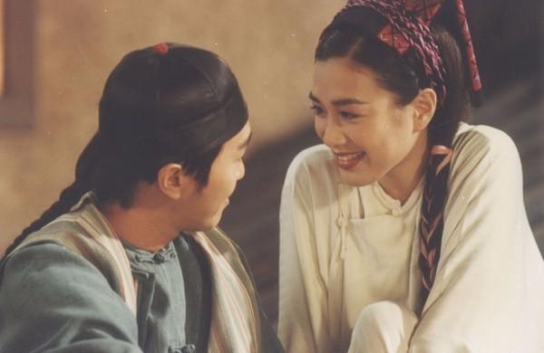 10. Cảnh trong phim Quan xẩm lốc cốc (1994), được coi là phân cảnh tình cảm khiến người xem hài lòng nhất nhưng cũng chứa đựng chất hài nhảm nhất về quan huyện lãnh Cửu phẩm.