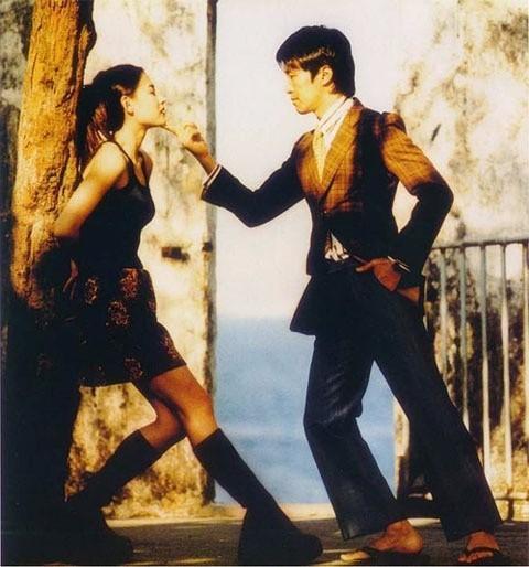 Phân cảnh vừa lãng mạn vừa hài hước giữa chàng diễn viên Doãn Thiên Cừu (Châu Tinh Trì) với nữ vũ công xinh đẹp Liễu Phiêu Phiêu (Trương Bá Chi) trong phim Vua hài kịch (1999).