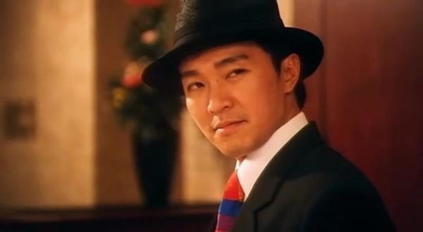 4. Cận cảnh gương mặt anh chàng 007 (Châu Tinh Trì) trong phim Quốc sản 007 (1994), điệp viên bí mật kiêm bán dạo thịt lợn cùng câu nói: Tên Đao trong Tiểu Lý Phi Đao mà ra.